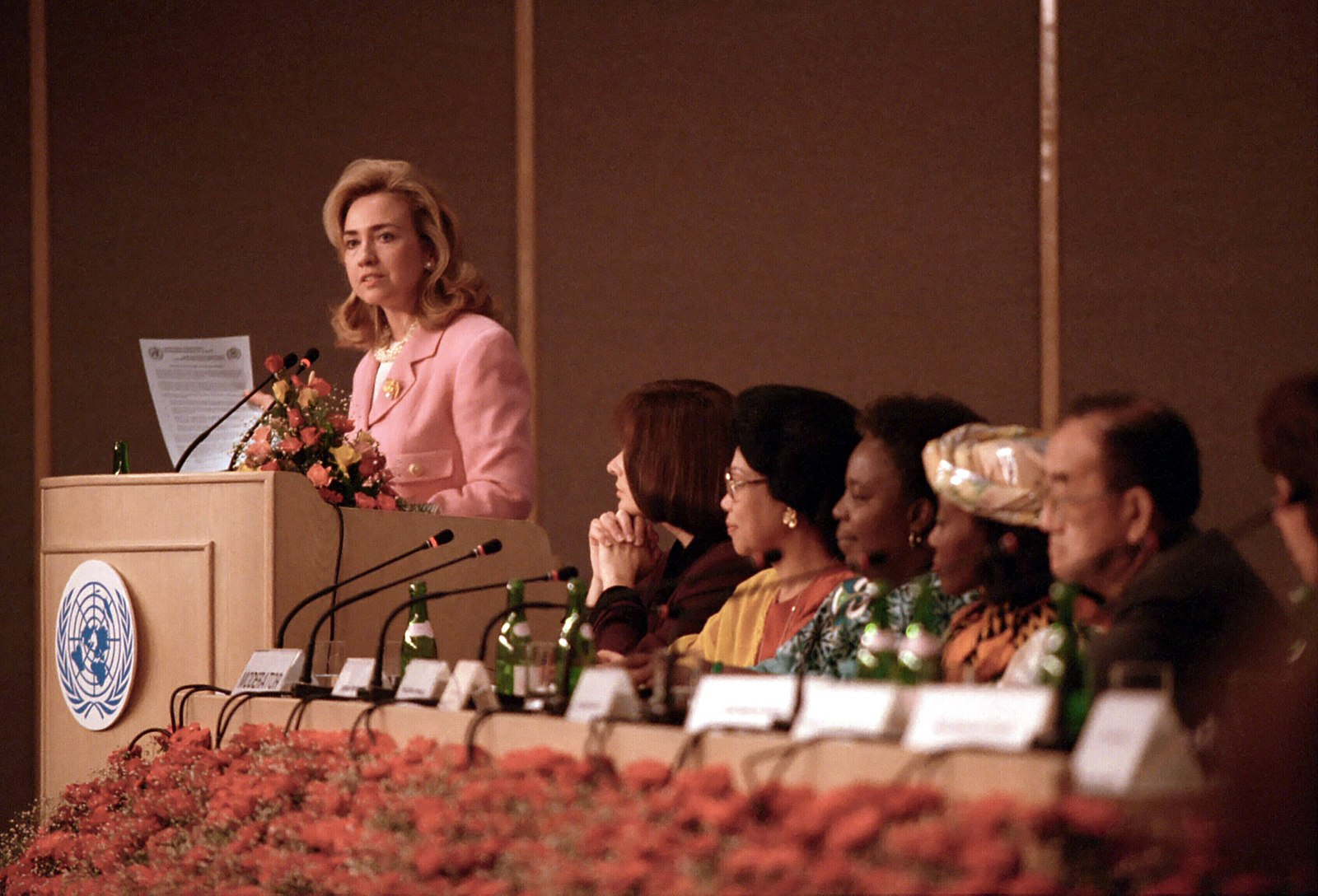 1600px-Hillary_Clinton_at_the_United_Nations_Conference_on_Women_in_Beijing,_China